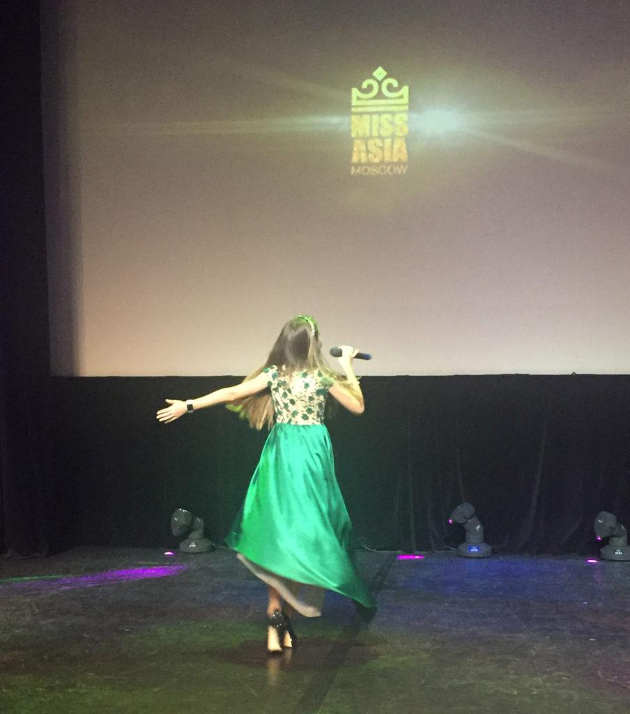 Выступление на конкурсе красоты Мисс Азия, декабрь 2015